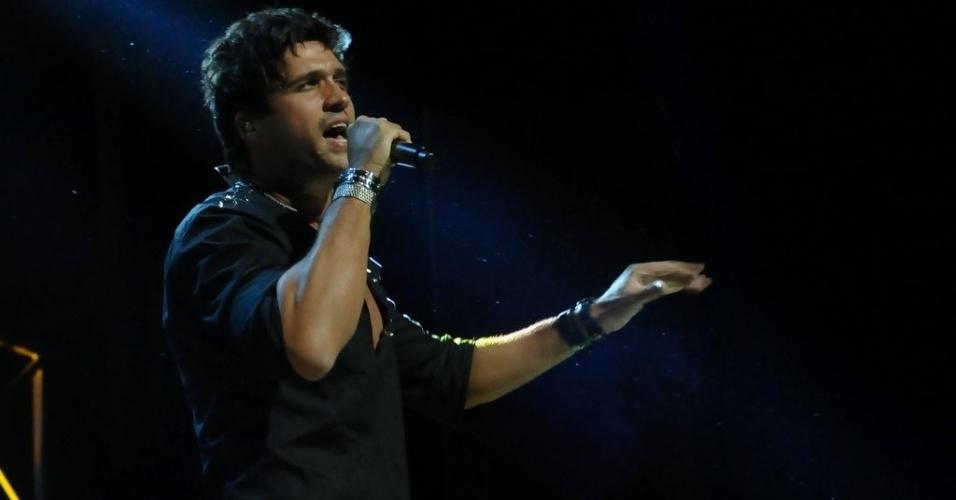 13.dez.2012 - Cantor Leo se apresenta no Credicard Hall, em São Paulo