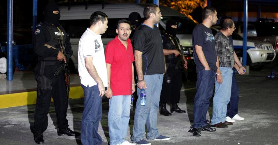 13.dez.2012 - Grupo de mexicanos acusados de formação de quadrilha e lavagem de dinheiro é inspecionado em Manágua, na Nicarágua, na noite desta quinta-feira (13). Ao todo, 18 mexicanos, que se passaram por funcionários de uma rede de TV do México, tiveram mais de 9 milhões de dólares apreendidos ao tentar entrar na Nicarágua