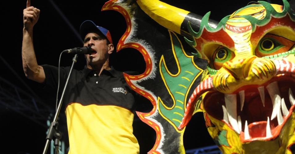 13.dez.2012 - O candidato derrotado à presidência da Venezuela, Henrique Capriles, realiza o último comício de campanha para as eleições estaduais do país, na noite desta quinta-feira (13). Capriles, vencido por Hugo Chávez no dia 7 de outubro, tenta a reeleição no Estado de Miranda, vizinho à capital, Caracas