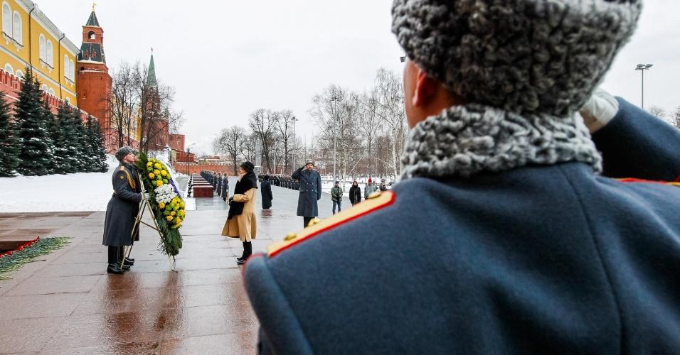 14.dez.2012 - A presidente Dilma Rousseff (ao fundo) participa de cerimônia na Tumba do Soldado Desconhecido em frente ao Kremlin, em Moscou