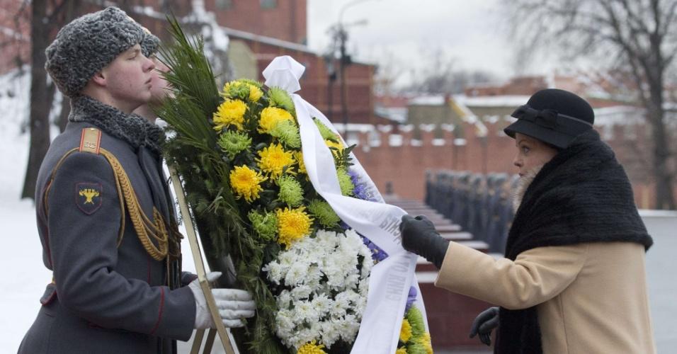 14.dez.2012 - A presidente Dilma Rousseff deposita uma coroa de flores no túmulo do soldado desconhecido, em Moscou, na Rússia. Na capital russa, Dilma, que faz aniversário nesta sexta-feira (14), discutiu a ampliação de parcerias entre os dois países nas áreas de energia e gás, além do setor espacial