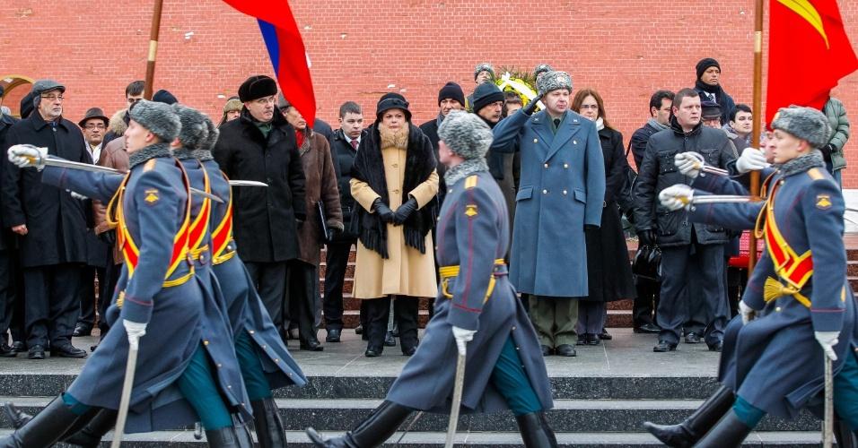 14.dez.2012 - A presidente Dilma Rousseff (centro, ao fundo) participa de cerimônia na Tumba do Soldado Desconhecido em frente ao Kremlin, em Moscou