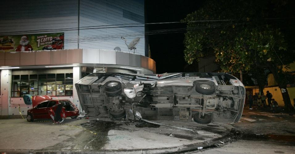 14.dez.2012 - Acidente envolvendo dois ônibus deixa pelo menos 30 pessoas feridas, no Engenho de Dentro, zona norte do Rio de Janeiro