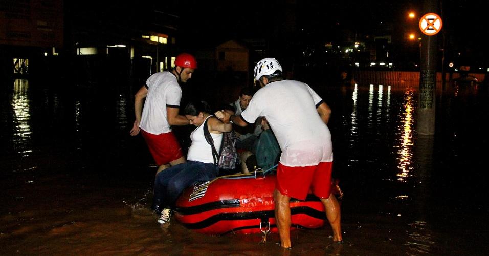 14.dez.2012 - Alunos da Fatec de Carapicuíba são resgatados pelo corpo de bombeiros. Cerca de 25 alunos ficaram ilhados na escola após uma enchente, causada pelas fortes chuvas que atingiram a Grande São Paulo nesta quinta-feira (13)