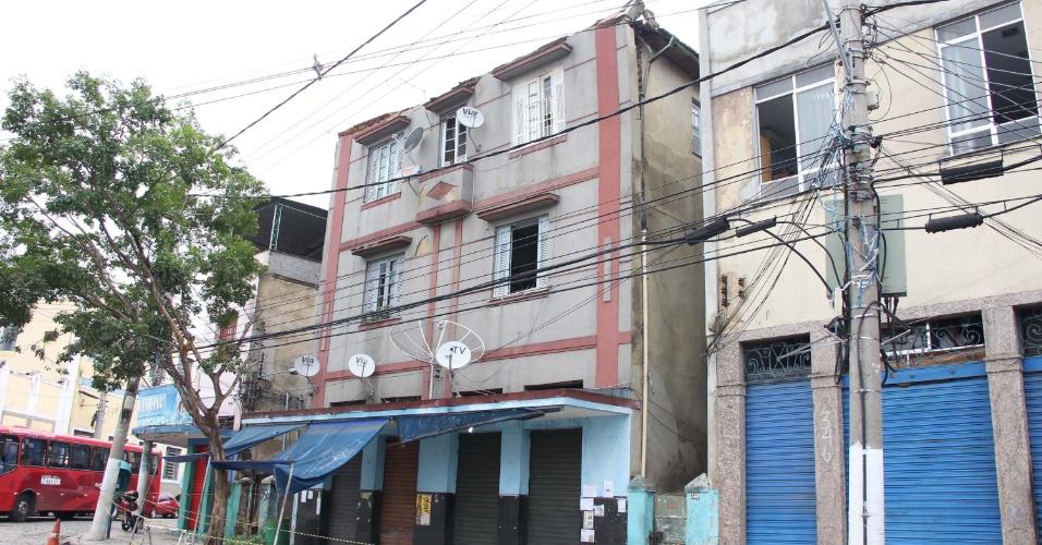 14.dez.2012 - Após queda de fachada, prédio em Niterói (RJ) corre risco de desabamento; famílias são retiradas