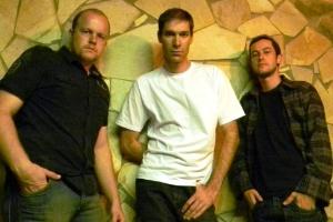 Atual formação da banda Sujeito Simples: Zique (esquerda), Marcelo e Dino