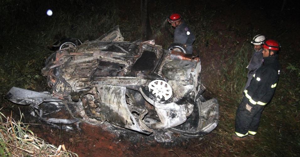 14.dez.2012 - Carro bate de frente em carreta carregada com álcool, no km 73 da rodovia MG-427, entre Planura e Conceição das Alagoas, em Minas Gerais