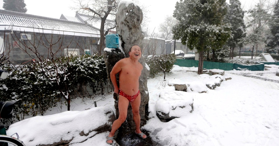 14.dez.2012 - Chinês sorri após nadar no lago Houhai, congelado, no centro de Pequim