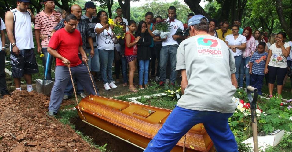 14.dez.2012 - Corpo da motorista Maria Irlene Soares da Silva, 43, é enterrado no cemitério Santo Antônio em Osasco, na Grande São Paulo
