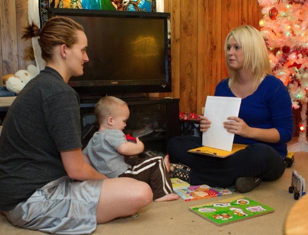 Courtney Trent (dir.), da Save the Children, realiza visitas domiciliares a mães carentes nos EUA, com o  propósito de ajudá-las a estimular as habilidades de que elas necessitam para desempenhar a tarefa de criar um filho. As visitas domiciliares se iniciam durante a gravidez e continuam até que a criança complete 3 anos de idade