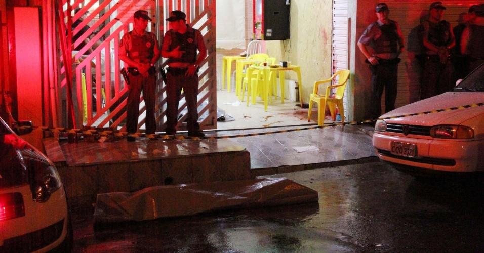 14.dez.2012 - Dois homens foram mortos a tiros em um bar na rua Altivo Ovando, no Jardim Canadá, em Mauá (SP)