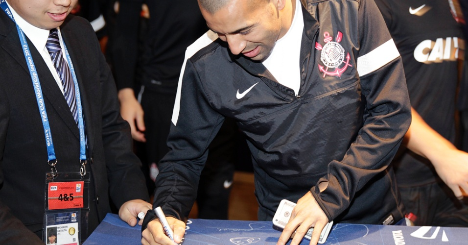 14.dez.2012 - Emerson Sheik distribui autógrafos a japoneses em hotel do Corinthians em Yokohama