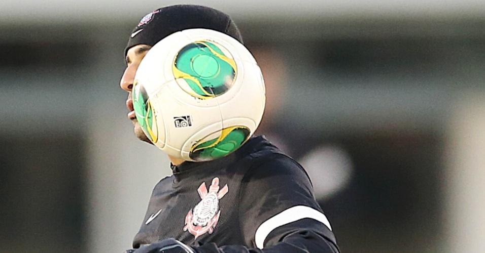 14.dez.2012 - Emerson Sheik domina a bola durante treino do Corinthians em Yokohama