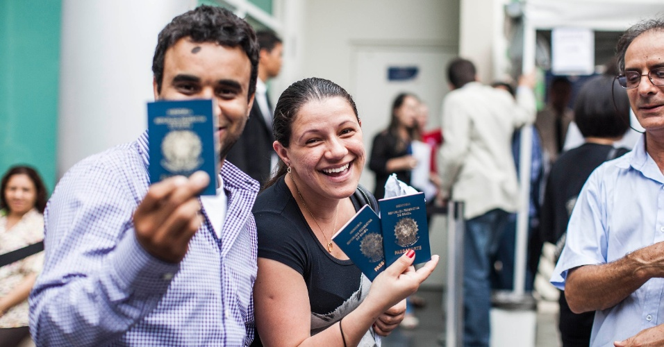 14.dez.2012 - Flávia Alves, 27, exibe os passaportes de sua família. Grávida de sete meses, ela ficou 7h aguardando na fila até recuperar os documentos no Casv (Centro de Atendimento ao Solicitante de Visto do Consulado dos Estados Unidos), na zona oeste de São Paulo. Desde o dia 25 de outubro, quando a Justiça brasileira proibiu a empresa DHL de enviar os passaportes com os vistos do Consulado aos solicitantes, centenas de pessoas não sabem onde seu documento está ou quando irão recebê-lo