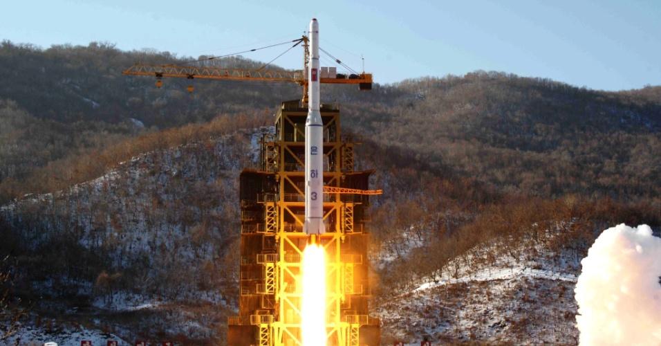 14.dez.2012 - Fotografia cedida nesta sexta-feira (14) pela KCNA (Agência Central de Notícias da Coreia do Norte) mostra o lançamento do foguete, realizado na quarta-feira (12), no centro espacial de Cholsan, oeste do país. O ditador norte-coreano, Kim Jong-un, expressou a intenção de lançar novos satélites espaciais após colocar, com êxito, em órbita, um satélite meteorológico