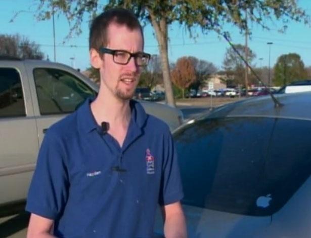 14.dez.2012 - Hayden Carlo, 25, teve uma surpresa e tanto ao ser parado em uma blitz com o licenciamento do carro vencido, no Texas (EUA). Além da multa pela infração, ele recebeu U$100