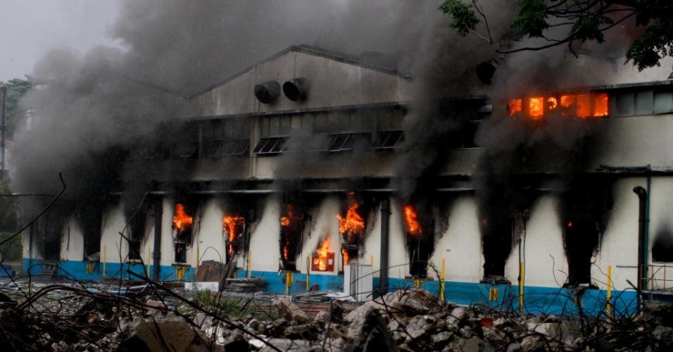 14.dez.2012 - Incêndio atinge antiga fábrica da Sadia, localizada na rua Fortunato Ferraz, no bairro Vila Anastácio, zona oeste de São Paulo, nesta sexta-feira (14). Bombeiros tentam controlar as chamas no local