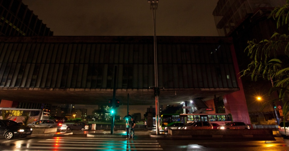 14.dez.2012 - Luzes do canteiro central da avenida Paulista, em São Paulo, em frente ao Masp, ficam apagadas até a meia-noite. Segundo funcionários do museu, o fato ocorre há oito meses