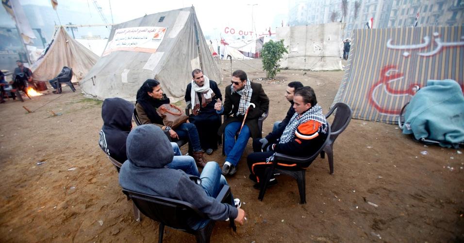 14.dez.2012 - Manifestantes contrários ao presidente egípcio Mohamed Mursi conversam em acampamento na praça Tahrir, no Cairo