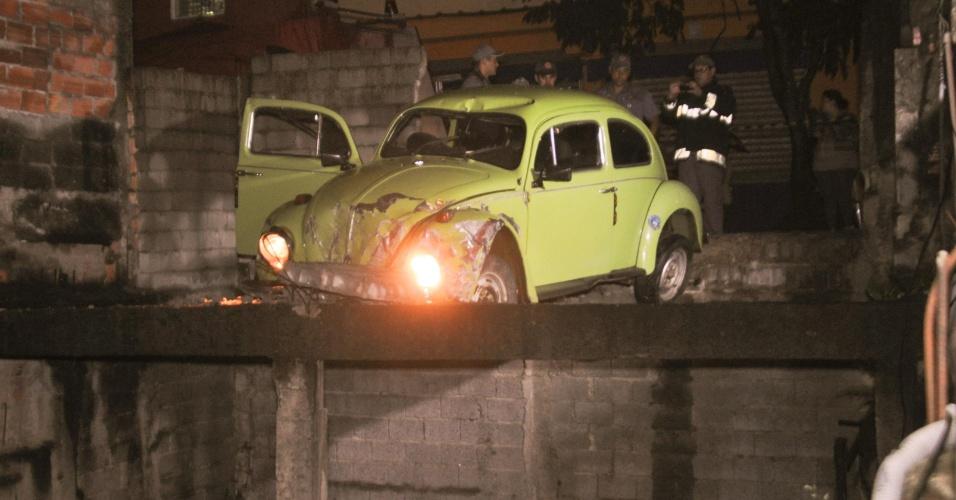 14.dez.2012 - Motorista perde controle de Fusca e atinge parte superior de uma casa em construção, no Parque do Carmo, em São Paulo