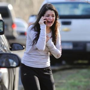 14dez2012---mulher-espera-para-ouvir-sobre-sua-irma-uma-professor-apos-tiroteio-na-escola-primaria-sandy-hook-em-newtown-no-estado-americano-de-connecticut-nesta-sexta-feira-1355509660786_300x300.jpg