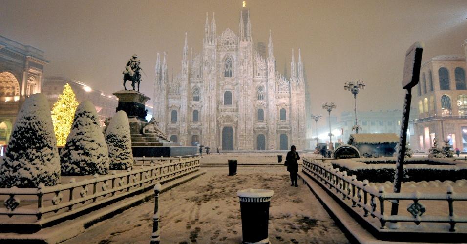 14.dez.2012 - Neve cobre a Piazza Duomo, um dos cartões-postais de Milão, na Itália