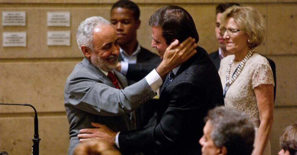 14.dez.2012 - O prefeito reeleito do Rio de Janeiro, Eduardo Paes, e seu novo vice, Adilson Pires, foram diplomados pelo TRE (Tribunal Regional Eleitoral) nesta sexta-feira, no plenário da Câmara Municipal, na Cinelândia