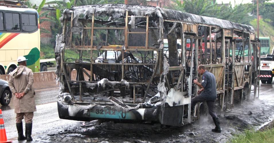 14.dez.2012 - Ônibus pega fogo no Anel Rodoviário de Belo Horizonte. As causas do incêndio não foram esclarecidas, mas o coletivo em chamas fechou a faixa da direita do sentido Belo Horizonte/Vitória, na altura do bairro Madre Gertrudes