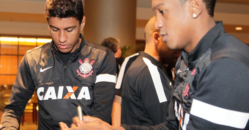 14.dez.2012 - Paulinho distribui autógrafos a japoneses em hotel do Corinthians em Yokohama