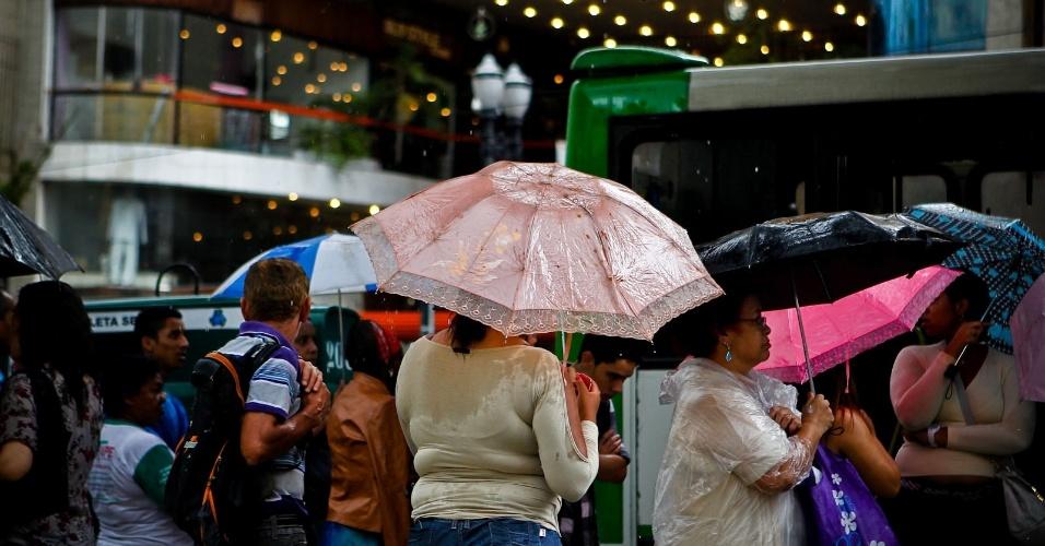 14.dez.2012 - Pessoas caminham durante forte chuva na região central de São Paulo na tarde desta sexta-feira (14)