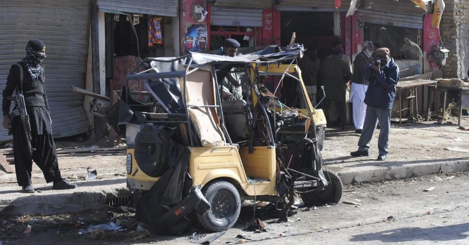 14.dez.2012 - Policiais afegãos inspecionam veículo destruído pela explosão de uma bomba em Quetta, no Paquistão. A explosão deixou oito feridos