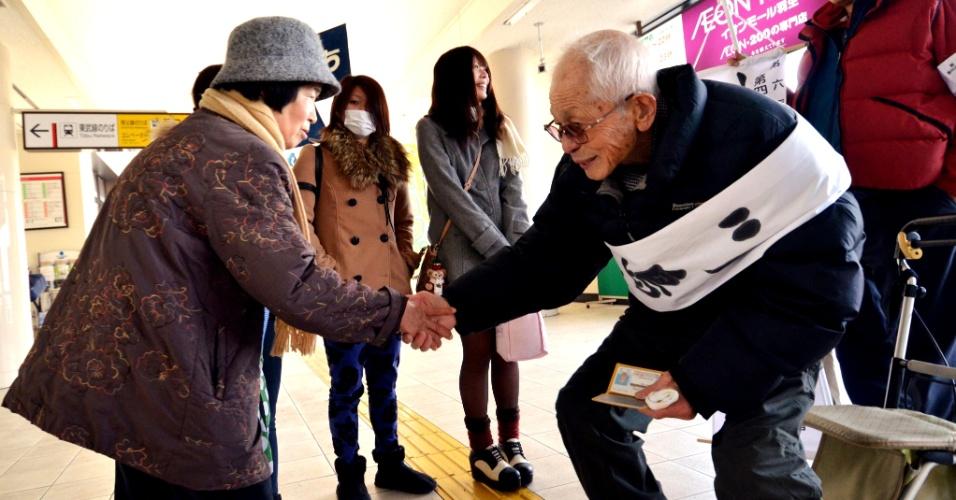 14.dez.2012 - Ryokichi Kawashima, 94, candidato à prefeitura de Hanyu, no centro do Japão, a 70 km de Tóquio, cumprimenta eleitores durante campanha