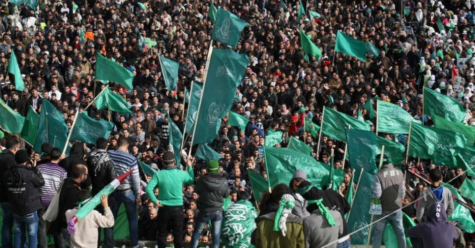14.dez.2012 - Simpatizantes do Hamas participam de comício em comemoração ao 25º aniversário de fundação do movimento islâmico, na quinta-feira (14), na cidade de Hebron. Foi a primeira vez desde 2007 que a Autoridade Palestina, que controla a Cisjordânia (dominada pela facção Fatah, rival do Hamas) permitiu a celebração