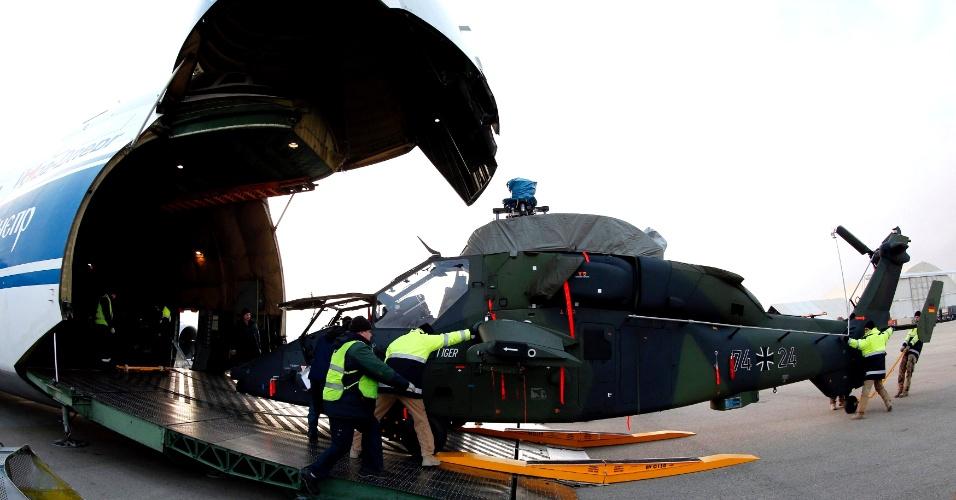 14.dez.2012 - Trabalhadores e soldados das forças armadas alemãs descarregam um helicóptero militar Tiger no campo de Marmal, em Mazar-e-Sharif, norte do Afeganistão. Os dois primeiros Tiger chegaram na sexta-feira (14) ao país