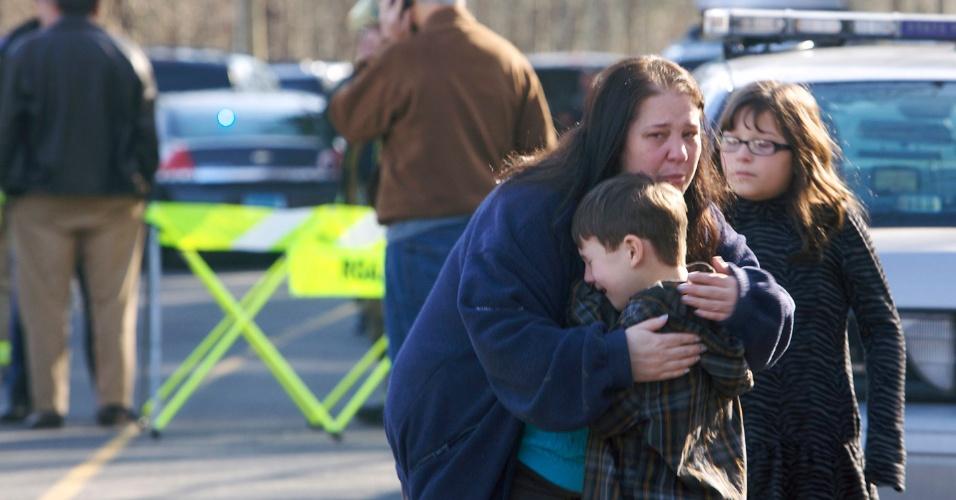 14.dez.2012 - Um menino é consolado fora escola primária Sandy Hook em Newtown, no Estado americano de Connecticut, após tiroteio que deixou pelo menos 12 mortos, incluindo crianças