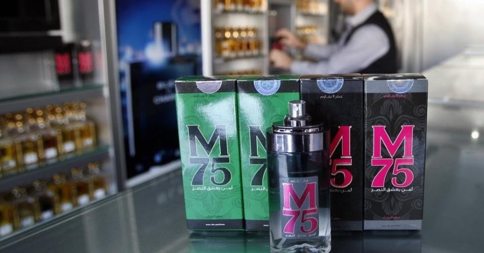 """14.dez.2012 - Vendedor disponibiliza vidros de perfumes batizados de """"M75"""" em loja da faixa de Gaza. Segundo o vendedor, o nome do novo perfume simboliza o foguete M75, usado pelo braço armado do Hamas"""