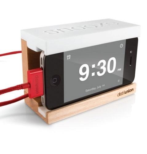 14.dez.2012 - Você acorda com o despertador do iPhone e, ainda com sono, deve decidir se opta pelo botão ''adiar'' ou ''ok'' (os dois muito próximos, facilitando a confusão). O objetivo do dock Snooze, aí de cima, é justamente facilitar a vida de quem abusa do recurso soneca: o botão dos ''só mais cinco minutinhos'' fica sobre o aparelho inteiro. Custa US$ 40 (cerca de R$ 80) no site Distilunion e, com um aplicativo grátis, ainda funciona como um megarrelógio de cabeceira