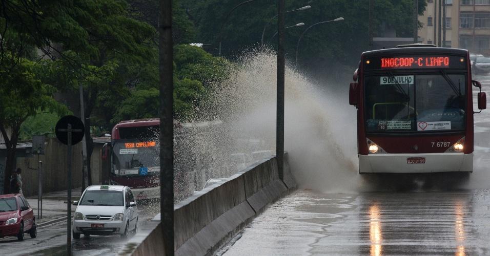 Forte chuva que atingiu a cidade de São Paulo nesta sexta-feira (14) causou alagamento no viaduto Doutor Plínio de Queiroz, no bairro da Bela Vista, região central