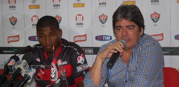 Lúcio Maranhão concede primeira entrevista como jogador do Vitória ao lado de um dirigente do clube