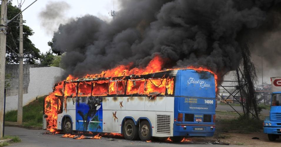 Ônibus é incendiado por funcionários de uma siderúrgica que fazem manifestação contra o atraso de salários em frente a hotel onde estão hospedados na Grande Belo Horizonte, nesta sexta-feira (14). Os manifestantes, que trabalham em uma mineradora em Itatiaiuçu, na região central de Minas Gerais, seriam transportados no veículo