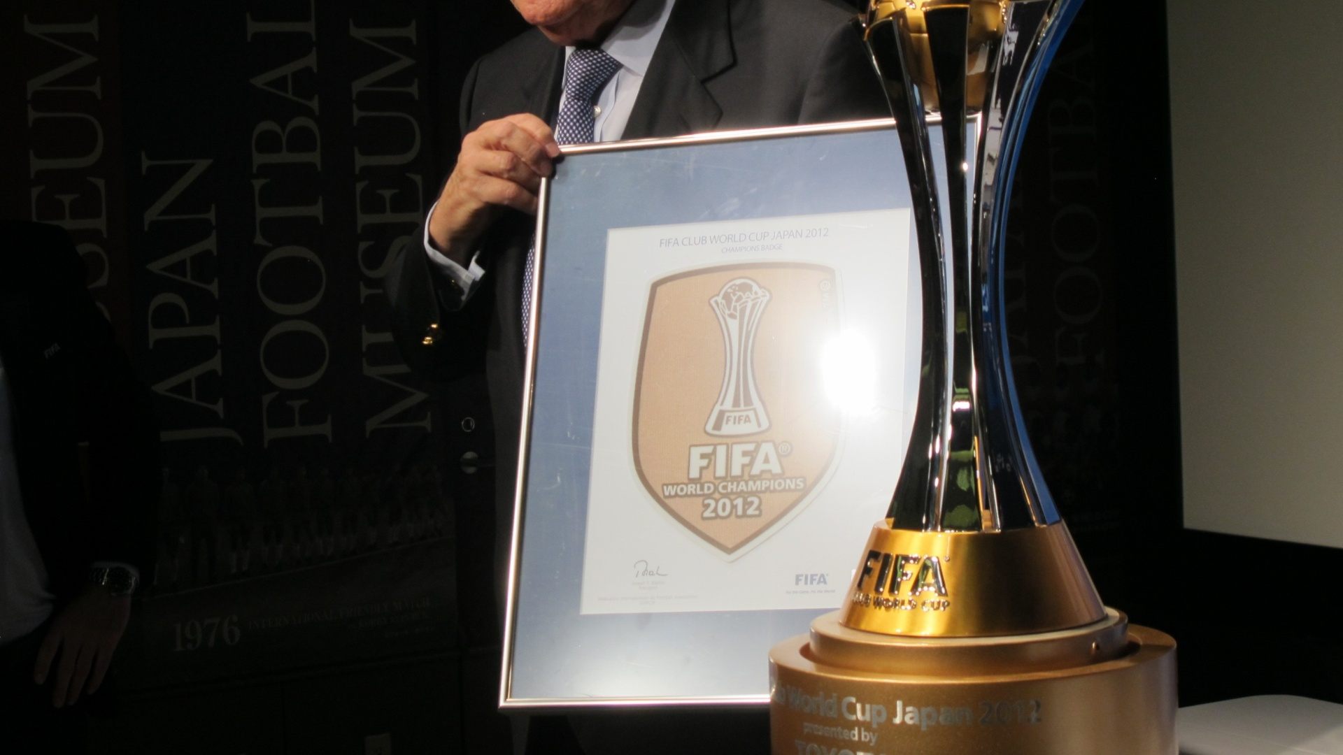 15.dez.2012 -  Joseph Blatter, presidente da Fifa, exibe o braso oficial do Mundial de Clubes, que ser usado na camisa pelo clube vencedor da competio