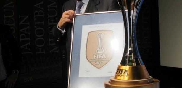 Joseph Blatter, presidente da Fifa, exibe brasão que será usado pelo campeão mundial