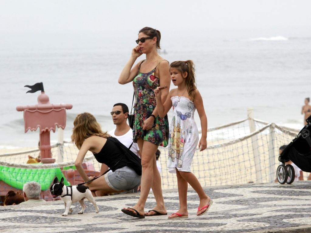 15.dez.2012 - Maria Paula passeou com a filha Maria Luiza pela orla da praia do Leblon, na zona sul do Rio. Maria Luiza é fruto do relacionamento da atriz com o músico João Suplicy. Eles também são pais de Felipe
