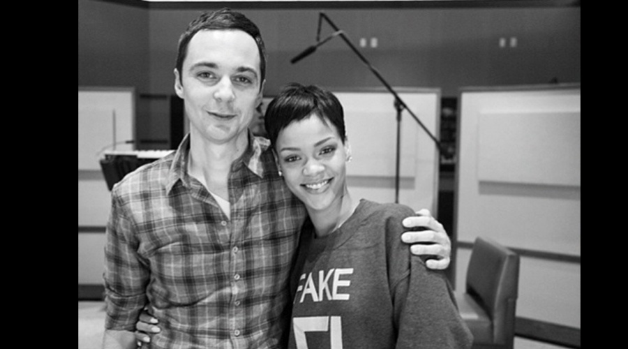 15.dez.2012 - Rihanna tietou o ator Jim Parson, que interpreta o Sheldon no seriado 