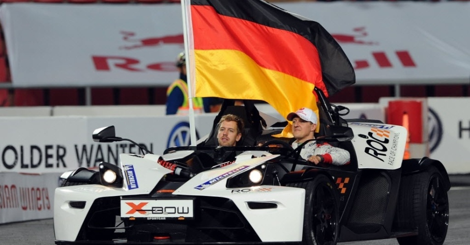 15.dez.2012 - Sebastian Vettel (esq.) e Michael Schumacher se apresentam durante treinamento para a Corrida dos Campees, competio anual entre naes que rene os melhores pilotos de vrias modalidades do automobilismo e que ocorrer na Tailndia em 2012