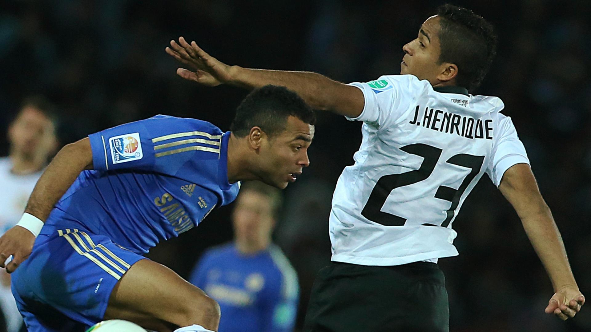16.dez.2012 - Ashley Cole, do Chelsea, e Jorge Henrique, do Corinthians, disputam bola pelo alto durante a final do Mundial de Clubes da Fifa, em Yokohama, no Japão