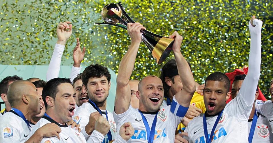 16.dez.2012 - Capitão Alessandro levanta a taça do Mundial de Clubes da Fifa, conquistado após a vitória por 1 a 0 sobre o Chelsea, da Inglaterra, em Yokohama, no Japão