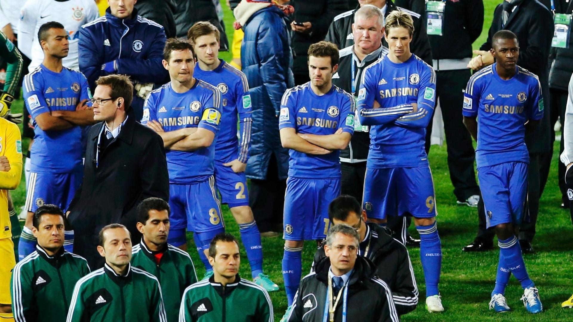 16.dez.2012 - Com cara de desânimo, jogadores do Chelsea acompanham a festa do Corinthians enquanto esperam a medalha pelo segundo lugar no Mundial de Clubes