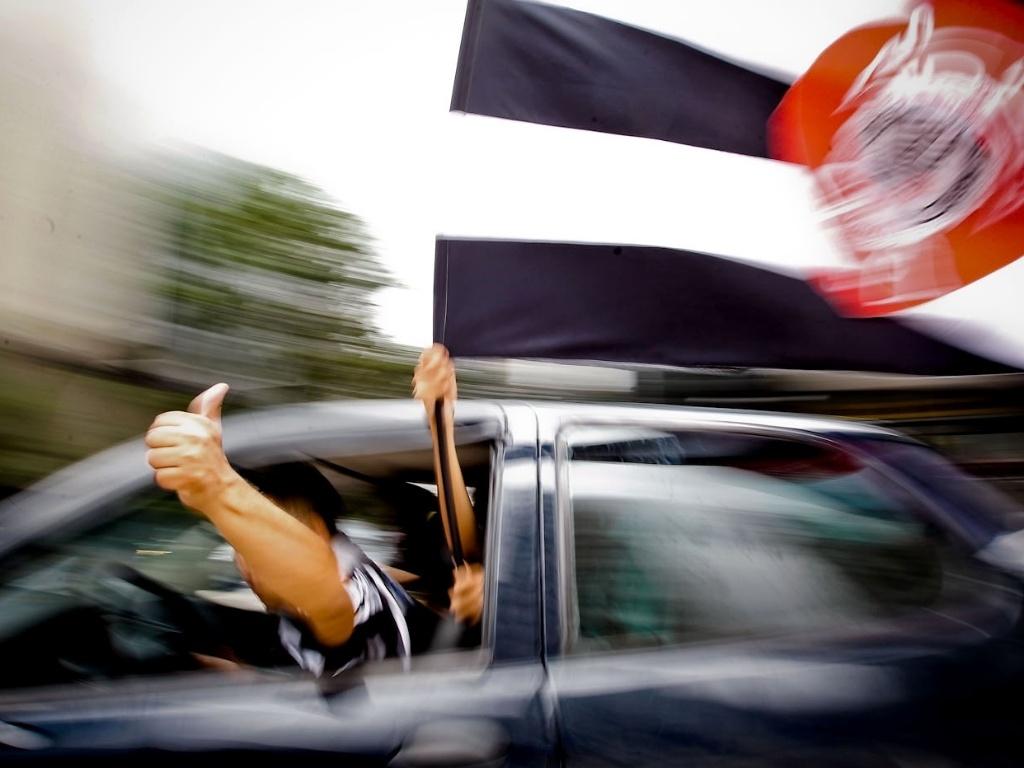 16.dez.2012 - Corintiano passa de carro pela Avenida Paulista e comemora o título do Mundial de Clubes