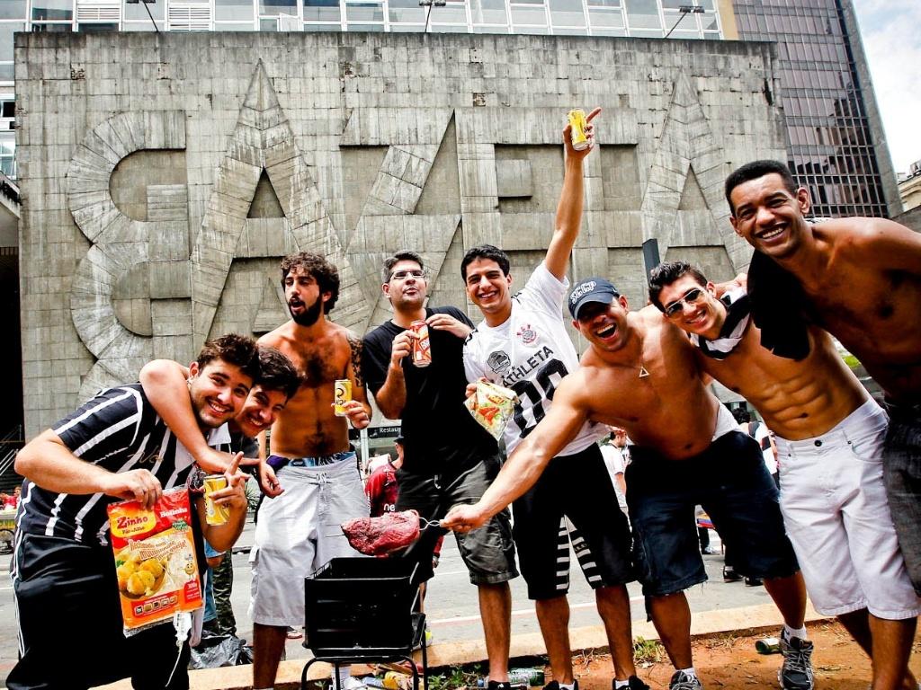 16.dez.2012 - Corintianos fazem churrasco no meio da Avenida Paulista e comemoram a conquista do Mundial